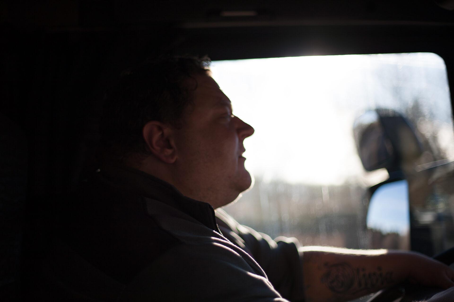 Förare i hytten på en av Renalls fordon.
