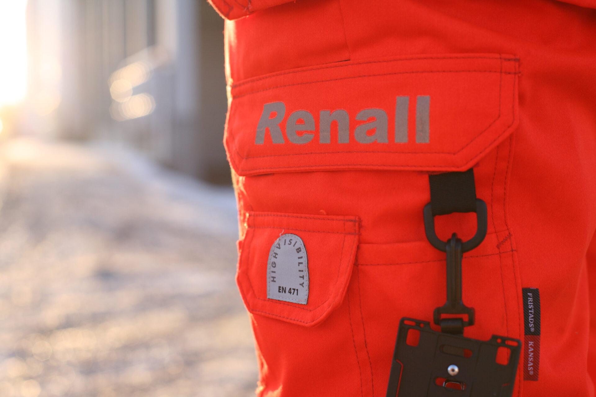 Närbild av en persons ben, med Renall kläder.