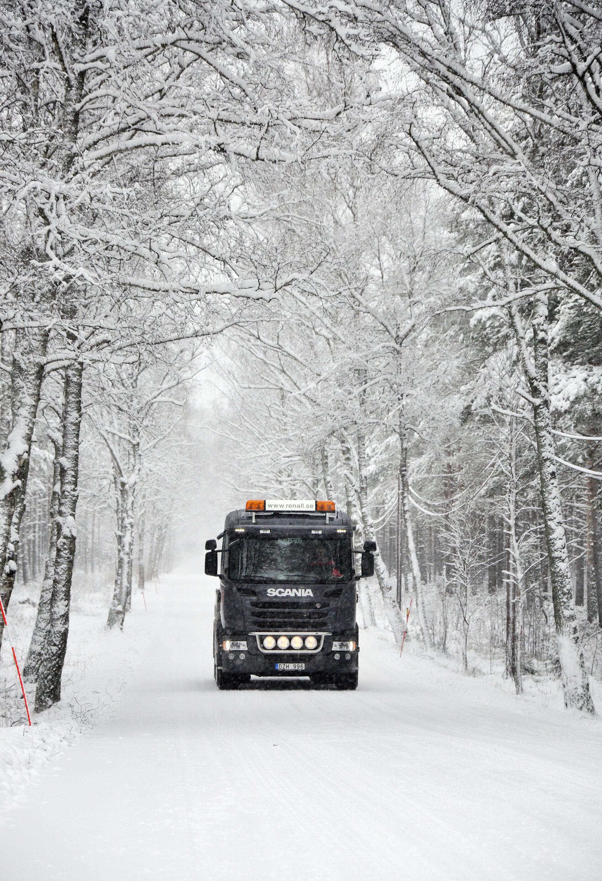 Renall-bil framifrån i vackert vinterladnskap
